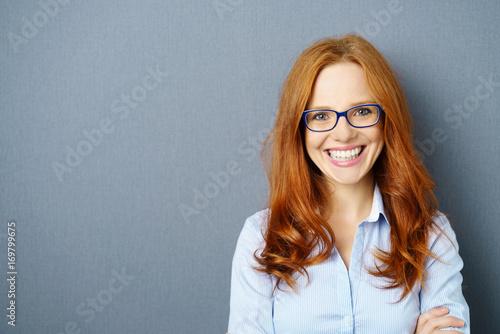 canvas print picture lächelnde geschäftsfrau mit blauer brille