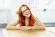 canvas print picture - glückliche frau mit blauer brille