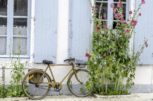 Foto op Plexiglas Fiets vélo appuyer sur un mur île de ré
