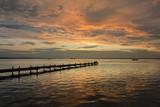 Silhouette Menschen auf Steg bei Abendstimmung am Steinhuder Meer