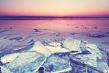gefrorener See im Winter - romantische Stimmung
