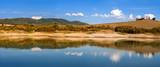 Paesaggio toscano riflesso nel lago