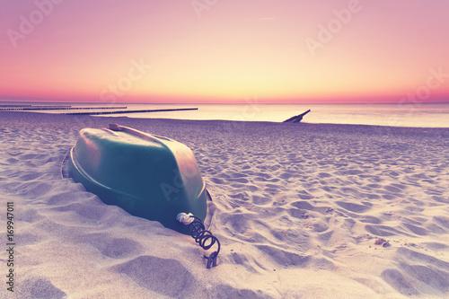 Łódź rybacka na plaży - koniec sezonu