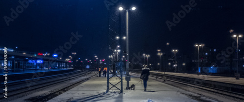 Foto op Plexiglas Nacht snelweg Bahnhof Schnee Nacht