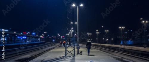 Fotobehang Nacht snelweg Bahnhof Schnee Nacht