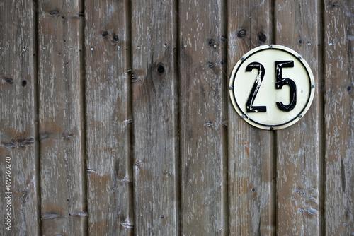 Poster altes Verkehrsschild 25 kmh auf alter Holzwand