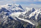 sommet d'une montagne enneigée avec son glacier