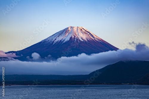 Papiers peints Bleu nuit 夕日を浴びた富士山、山梨県本栖湖にて