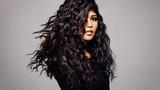 Modelka z falistą fryzurę