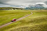 Une jeep rouge sur la piste en Islande