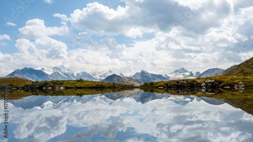 Foto op Plexiglas Bergen Walliser Viertausender gespiegelt im Bergsee, Schweiz