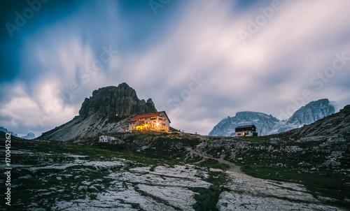 Aluminium Blauwe jeans Night view of the National Park Tre Cime di Lavaredo (Drei Zinnen) with rifugio Locatelli Trentino Alto Adidge, Dolomites, Italy.