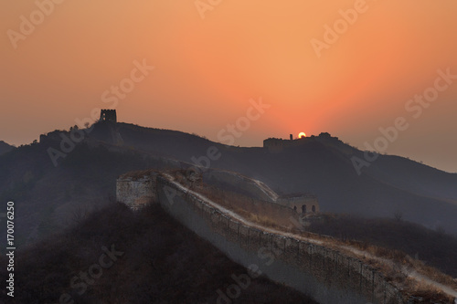 Papiers peints Pekin Sunrise at the Great Wall of China. The Great Wall of China is the world's longest wall and biggest ancient architecture