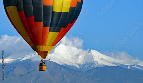Deurstickers Ballon Hot air balloon with Colorado's Rocky Mountains in the background.