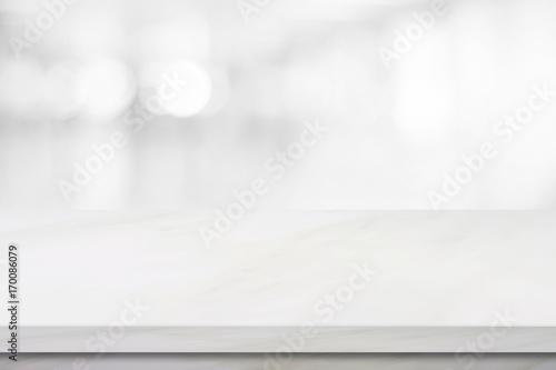Pusty biały marmur nad plama sklepu tłem, produktu i jedzenia pokazu montażem