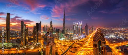 Fotobehang Dubai dramatischer Himmel über Dubai beim Sonnenuntergang