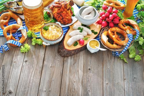 Bier, Schweinshaxe, Sauerkraut, Weißwurst und andere bayerische Spezialitäten. Oktoberfest - 170119223