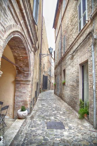 Fotobehang Smalle straatjes Vicolo stretto nelle Marche, Italia