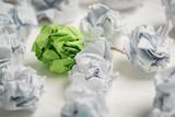 Papierkugeln als Symbol für Ideen - mit einer die heraussticht