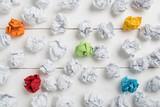 Papierkugeln als Symbol für Ideen - mit ein paar die herausstechen