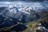 Paysage de montagne, lac bleu et pâturage vert des Alpes Suisses