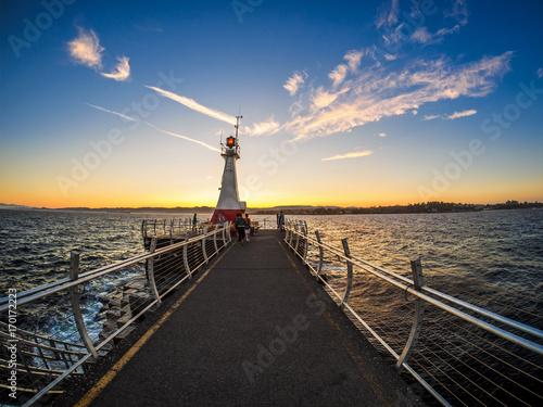 Falochron w Ogden Point w Victoria, BC, Kanada; czas zachodu słońca
