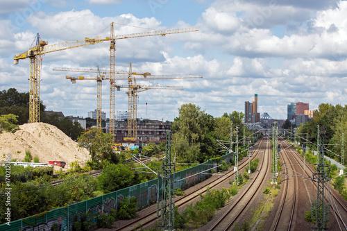 Deurstickers Skyline Berlin Potsdamer Platz mit Bahnstrecke und vielen Kränen - typisch berlin