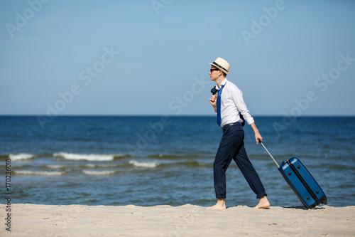 biznesmen-z-walizka-na-plazy,-spacer,-relaks