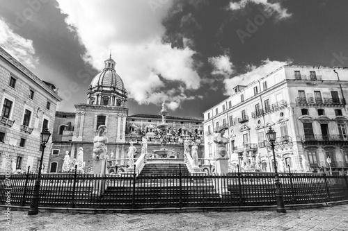 Papiers peints Palerme Palermo, Sicily, Italy. In the heart of Palermo's loveliest square, Piazza Pretoria, stands magnificent fountain, Fontana Pretoria, work of Florentine sculptor Francesco Camilliani. Black and white.