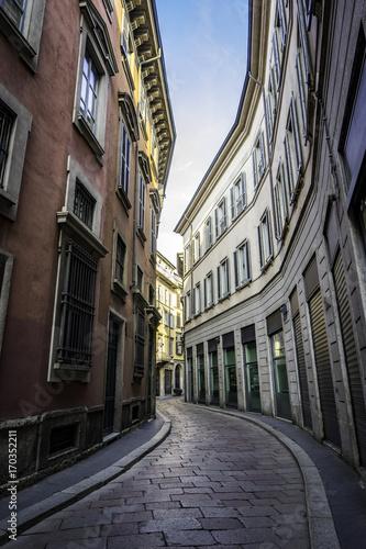 Fotobehang Smalle straatjes Une ruelle en Italie et un virage courbé