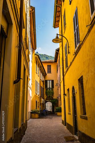 Papiers peints Ruelle etroite Ruelle avec couleurs chaudes et jaunes en été en Italie