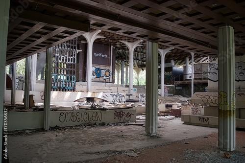 Foto op Plexiglas Oude verlaten gebouwen Abandoned hotel