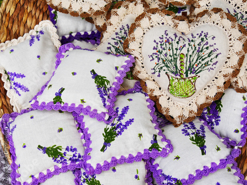 Papiers peints Lavande Lavender mini pillows with hanging filled with dry lavender flowers. Handcrafted lavender cotton sachets with crocheted margins.