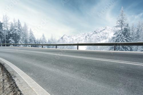 Foto op Plexiglas Blauwe hemel winter road