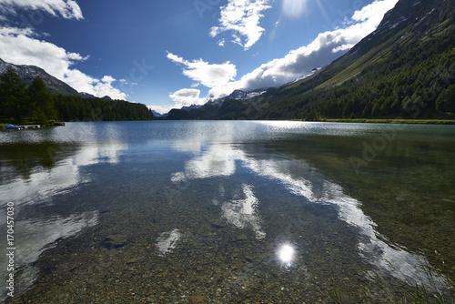 Foto op Plexiglas Bergen Die späte Nachmittagssonne spiegelt sich im Silsersee im Oberengadin