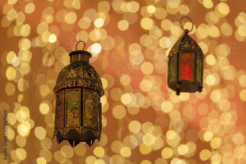 Foto Spatwand Abu Dhabi Traditional arabic lanterns lit up in Ramadan