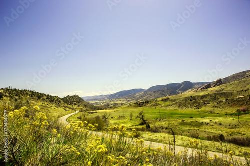Foto op Plexiglas Blauwe hemel Road through the mountains