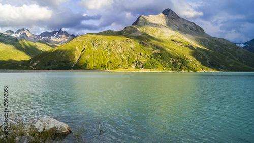 Foto op Plexiglas Bergen Wunderschöner Bergsee in Tirol im Sommer