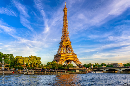 Papiers peints Tour Eiffel Paris Eiffel Tower and river Seine at sunset in Paris, France. Eiffel Tower is one of the most iconic landmarks of Paris.