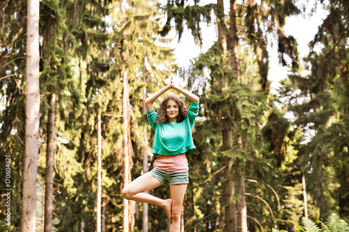Papiers peints Ecole de Yoga Beautiful girl practices yoga in the morning forest.