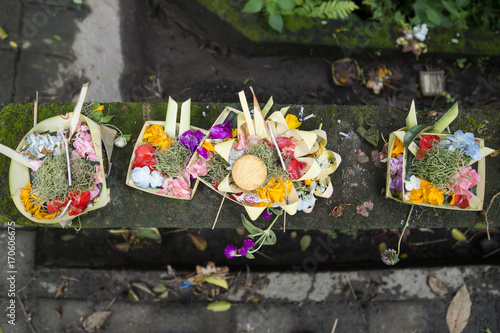Papiers peints Bali Traditional hindu balinese offerings as flowers and food in a basket in Ubud, Bali, Indonesia