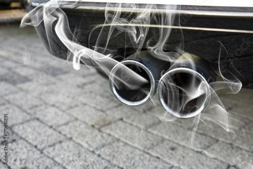 Foto op Plexiglas Fiets auspuff eines autos