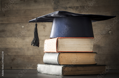 Papiers peints Kiev Graduation hat and diploma with book on table