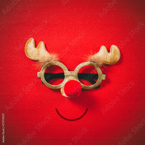 Fotobehang Hipster Hert Christmas glasses that decoration with Christmas reindeer and red ball on red background