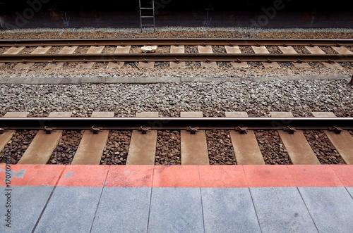 Fotobehang Spoorlijn 駅のホームと線路