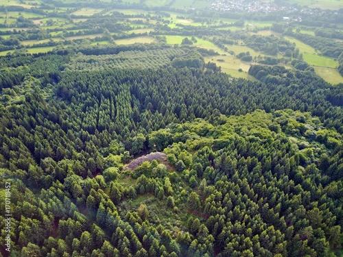 Fotobehang Khaki Hoherodskopf im Vogelsberg aus der Luft