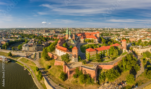 Fotobehang Krakau Kraków z lotu ptaka - krajobraz miasta z zamkiem i Katedrą na Wawelu. Panoram miasta z powietrza.