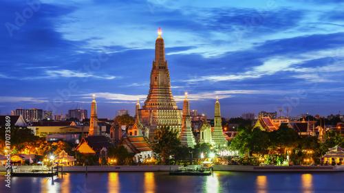 Fotobehang Bangkok BANGKOK, THAILAND - AUGUST 25, 2017: Main pagoda of Temple of Dawn or Wat Arun after renovation at twilight. Located on the west side of Chao Praya River