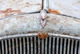 Kühlergrill eines rostigen, alten Oldtimers