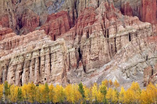 Mustang (Nepal): Coloured Cliffs near Dakmar Plakát